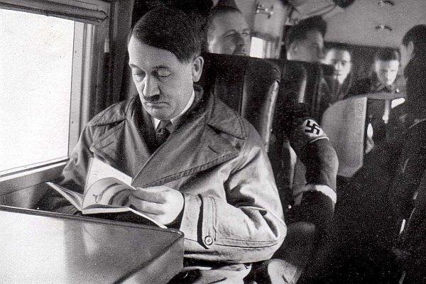 Hitler czyta książkę