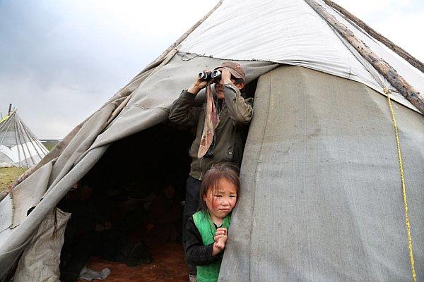 Plemię żyje w jurtach – namiotach opartych na gałęziach brzozy