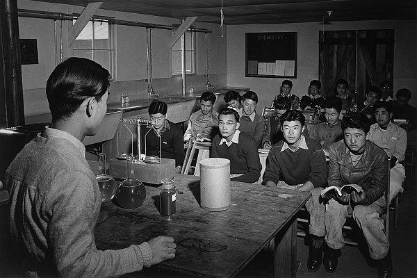 Lekcja fizyki w obozowym liceum