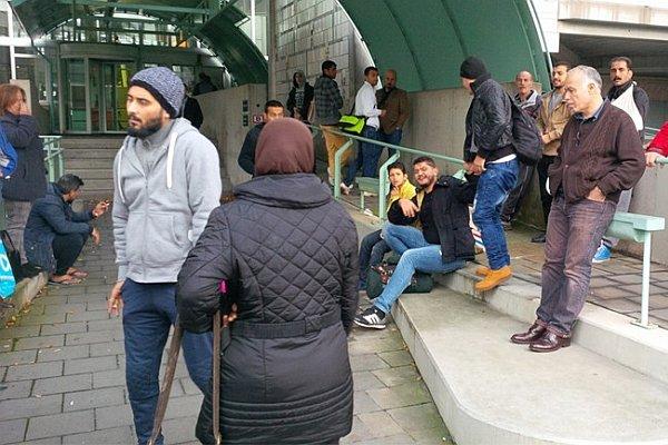 Imigranci przed budynkiem ministerstwa