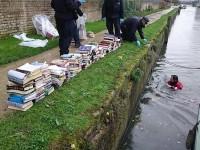 Policjanci w Londynie nurkowali do kanału po wyrzucone Korany
