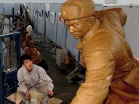 Największy eksport Korei Północnej – gigantyczne figury dyktatorów